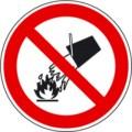 Symbolschild, Mit Wasser löschen verboten nach BGV A8 P 04
